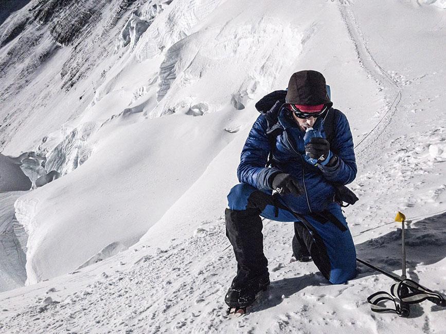 Kilian hace una parada a los 7500 msnm en su camino hacia la cumbre