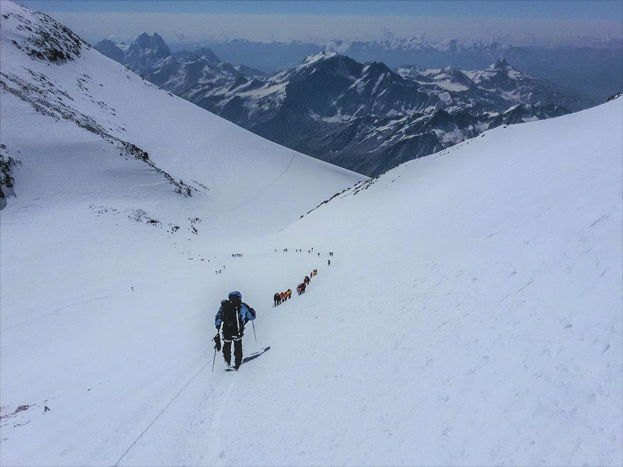 Superando en collado para comenzar a subir la cumbre este