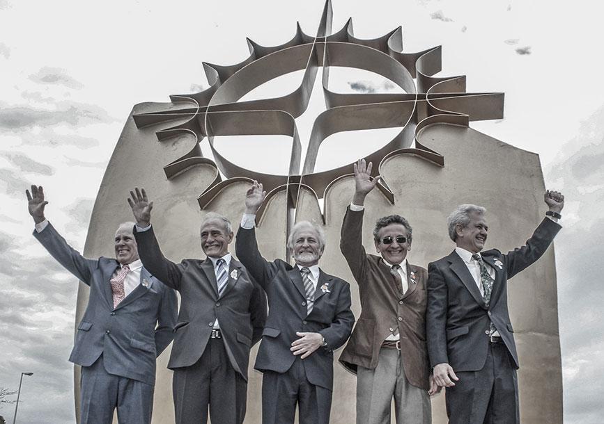El monumento a la balsa, Dolores, 2014 De izq. a der., Giaccaglia, Iriberri, Barragán, Arrieta, y Sánchez Magariños