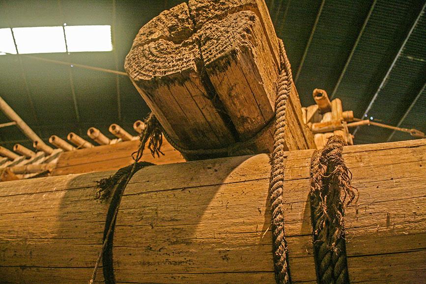 Sistema de fijación de cuerdas con caladuras
